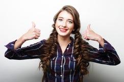 Giovane donna felice che dà pollice su Fotografia Stock Libera da Diritti