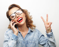 Giovane donna felice che dà pollice su Immagini Stock