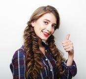 Giovane donna felice che dà pollice su Immagini Stock Libere da Diritti