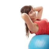 Giovane donna felice che fa esercitazione di forma fisica Fotografie Stock Libere da Diritti