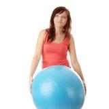 Giovane donna felice che fa esercitazione di forma fisica Fotografia Stock