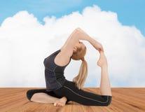 Giovane donna felice che fa esercizio di yoga Immagini Stock Libere da Diritti