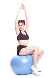 Giovane donna felice che fa gli esercizi con la palla di forma fisica fotografia stock