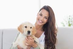 Giovane donna felice che gioca con il cucciolo Fotografie Stock