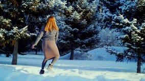 Giovane donna felice che gioca con la neve archivi video