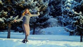 Giovane donna felice che gioca con la neve stock footage