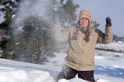 Giovane donna felice che gioca con la neve Fotografia Stock Libera da Diritti