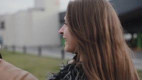 Giovane donna felice che gode del tempo con il suo uomo Coppie nell'amore che cammina all'aperto Donna sorridente nell'amore Back video d archivio