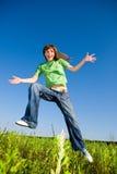 Giovane donna felice che gode dell'estate. Salto. Immagine Stock