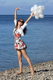 Giovane donna felice che gode della vacanza di estate Fotografie Stock