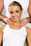 Giovane donna felice che gode di un massaggio Immagini Stock