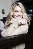 Giovane donna felice che guarda indietro fotografia stock libera da diritti