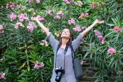 Giovane donna felice che mette le mani sull'aria Fotografia Stock