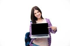 Giovane donna felice che mostra dito sullo schermo del computer portatile Immagine Stock Libera da Diritti