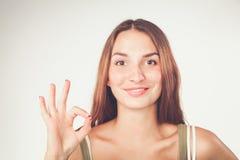 Giovane donna felice che mostra segno giusto con le dita Immagine Stock