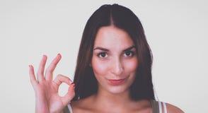 Giovane donna felice che mostra segno giusto con le dita Fotografie Stock Libere da Diritti
