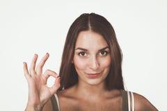Giovane donna felice che mostra segno giusto con le dita Immagini Stock Libere da Diritti
