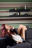 Giovane donna felice che parla sul telefono Fotografia Stock Libera da Diritti