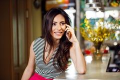Giovane donna felice che parla sul telefono cellulare Fotografia Stock