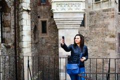 Giovane donna felice che prende un selfie al castello di Corvin, Romania Fotografie Stock Libere da Diritti
