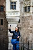 Giovane donna felice che prende un selfie al castello di Corvin, Romania Fotografia Stock