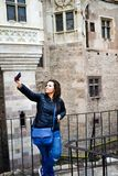 Giovane donna felice che prende un selfie al castello di Corvin, Romania Immagine Stock Libera da Diritti