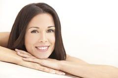 Giovane donna felice che riposa sulle mani in stazione termale Fotografie Stock