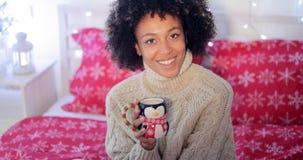 Giovane donna felice che si rilassa al Natale Fotografia Stock