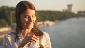 Giovane donna felice che si rilassa all'aperto Bolle di sapone di salto dell'aria della bella ragazza Il sole dell'estate è brill archivi video
