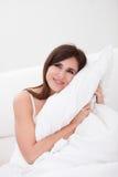 Cuscino della giovane donna Fotografia Stock Libera da Diritti