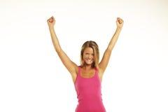 Giovane donna felice che solleva le mani nella gioia e nella libertà Immagine Stock