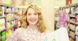 Giovane donna felice che sorride alla macchina fotografica con i pollici su archivi video