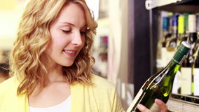 Giovane donna felice che sorride alla macchina fotografica con vino in sue mani video d archivio