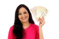 Giovane donna felice che tiene le banconote della rupia indiana Fotografia Stock Libera da Diritti
