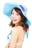 Giovane donna felice che tiene un cappello del sole Isolato su una priorità bassa bianca Fotografie Stock