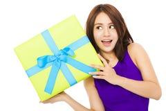 Giovane donna felice che tiene un contenitore di regalo Immagine Stock Libera da Diritti