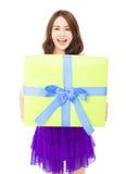 Giovane donna felice che tiene un contenitore di regalo Fotografie Stock
