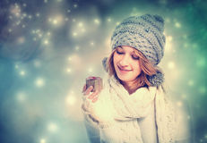 Giovane donna felice che tiene un contenitore di regalo Immagine Stock