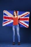 Giovane donna felice che tiene una bandiera di Florida britannica della Gran Bretagna Fotografie Stock Libere da Diritti