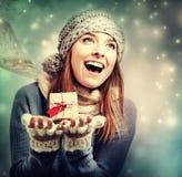 Giovane donna felice che tiene una piccola scatola attuale Immagine Stock Libera da Diritti