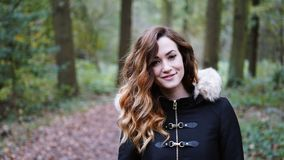 Giovane donna felice che va a fare una passeggiata in foresta o legno fotografie stock