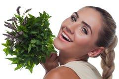 Giovane donna felice con con un gruppo della menta fresca Fotografie Stock Libere da Diritti