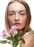 Giovane donna felice con i fiori rosa Fotografie Stock