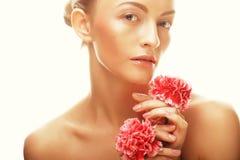 Giovane donna felice con i fiori rosa Immagine Stock