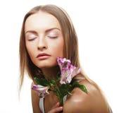 Giovane donna felice con i fiori rosa Immagini Stock Libere da Diritti