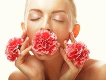 Giovane donna felice con i fiori rosa fotografie stock libere da diritti