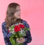 Giovane donna felice con i fiori su priorità bassa dentellare Fotografie Stock Libere da Diritti