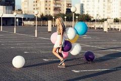 Giovane donna felice con i palloni variopinti del lattice Immagine Stock