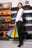 Giovane donna felice con i sacchetti di acquisto Fotografia Stock