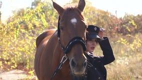 Giovane donna felice con il cavallo, sorridente Cavallo Rider Portrait stock footage